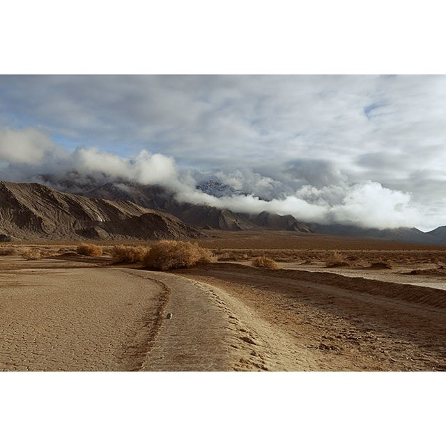 Just when you thought we were done with desert picks, I'm pulling you back in! ;) This was THE FUCKING DAY to be at The Racetrack in Death Valley!⠀⠀⠀⠀⠀⠀⠀⠀⠀ ⠀⠀⠀⠀⠀⠀⠀⠀⠀ I would say a hallelujah and praise Jebus if I believed in him!⠀⠀⠀⠀⠀⠀⠀⠀⠀ ⠀⠀⠀⠀⠀⠀⠀⠀⠀ Seriously though, what luck to have come to the desert after a rare rainstorm. ⠀⠀⠀⠀⠀⠀⠀⠀⠀ ⠀⠀⠀⠀⠀⠀⠀⠀⠀ I mean spotting rain clouds in LA is like finding an origami unicorn on your door step (get the reference??), finding them in Death Valley is like spotting the actually fucking unicorn sliding down a goddamned rainbow!!⠀⠀⠀⠀⠀⠀⠀⠀⠀ ⠀⠀⠀⠀⠀⠀⠀⠀⠀ Anyway, the gist here is that the sky was dramatic as hell and I loved every minute of it!⠀⠀⠀⠀⠀⠀⠀⠀⠀ .⠀⠀⠀⠀⠀⠀⠀⠀⠀ .⠀⠀⠀⠀⠀⠀⠀⠀⠀ .⠀⠀⠀⠀⠀⠀⠀⠀⠀ .⠀⠀⠀⠀⠀⠀⠀⠀⠀ .⠀⠀⠀⠀⠀⠀⠀⠀⠀ #landscapephoto #landscapephotographer #landscapehunter #landscape_captures #landscape_kings #nature_wizards #nature_addict #natureporn #dramaticsky #naturelovers #deathvalley #deathvalleynationalpark #desertlandscape #drylake