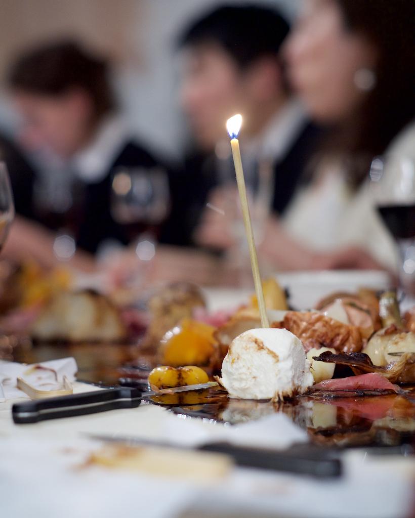 Dans le cadre de la Paris Design Week, les Ateliers de Paris invitent Céline Pelcé à investir la galerie pour recevoir de manière inattendue, du 8 au 15 septembre. Vernissage le 8 septembre à partir de 18h30.  Avec l'hospitalité comme sujet, elle croise l'espace d'une salle à manger avec celui d'une galerie d'art : les rituels de la table et ceux du vernissage comme éléments de codes, de rôles, d'images à questionner et détourner. Cette hospitalité croisée s'exprime par une collection exploratoire d'objets et d'outils, qui créent une porosité entre le rôle de celui qui construit, celui qui cuisine, et celui qui s'attable. Ils constituent le coeur de l'exposition. Le vernissage, point d'orgue de ce travail, sera l'occasion d'activer ces objets et donner à vivre ces rôles, ainsi que revoir l'aspect premier et plastique de l'évènement : passer une couche de vernis final.  L'exposition sera activée à plusieurs reprises pendant la Paris Design Week, comme la répétition exagérée d'un vernissage, pour proposer des expériences culinaires à vivre en collectif.  Céline Pelcé invite dans un dialogue 6 créateurs : Diane Groisard-Guiton, artisan laqueur ; Virginie Galan, cheffe ; Marischaël, orfèvre ; Mazarine, créateurs de vêtements ; Géraud Pellottiero, architecte d'intérieur, Marth'Oh, artiste vidéaste.  photo ©Matthias De Lattre