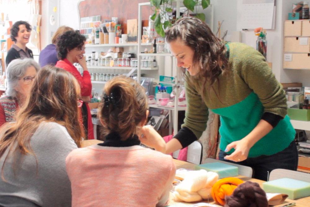 LOCA ELLA OBJETOS www.locaellaobjetos.com       www.instagram.com/locaellaobjetos/ @locaellaobjetos Unint tècniques i barrejant coneixements m'he especialitzat en el meravellós univers del feltre amb agulla, on puc crear accessoris i personatges articulats, que en ocasions també són animats.