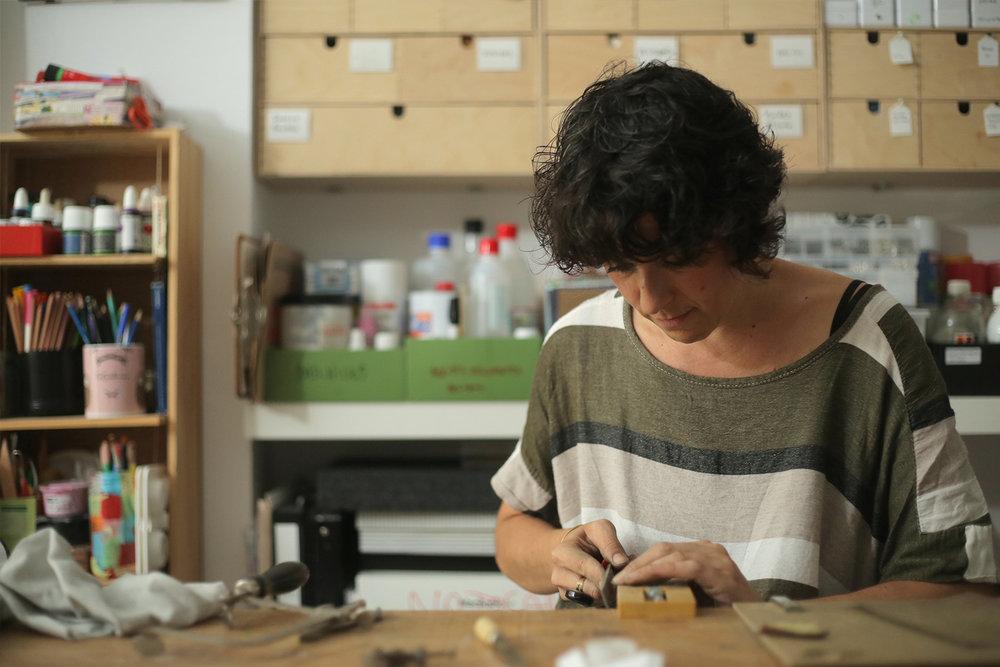 olga taverna www.tavernavaldivia.com           www.instagram.com/tavernavaldivia/ @imaginapaper Sóc una curiosa empedreïda del món craft, i m'apassiona moure entre la multiplicitat de materials i tècniques que ens ofereixen el món de la bijuteria artesanal i el de la confecció manual de feltre.
