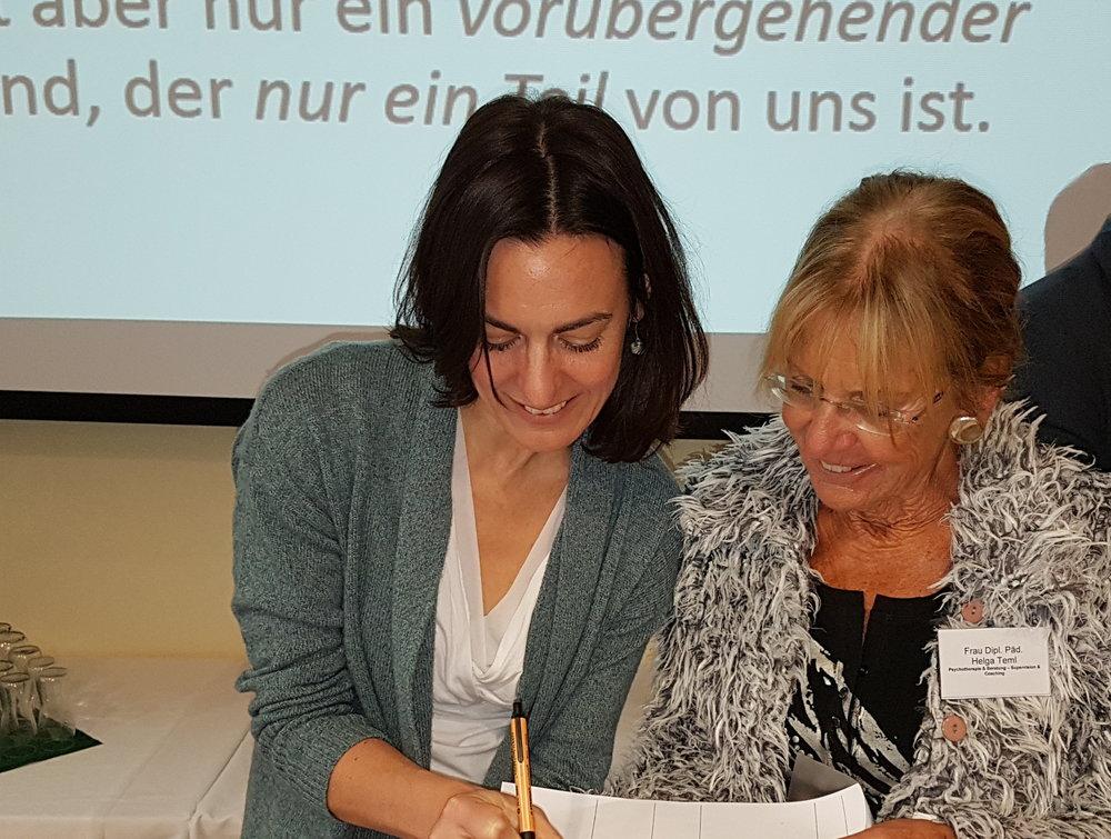 Christine Brähler unterschreibt das Studienbuch von Helga
