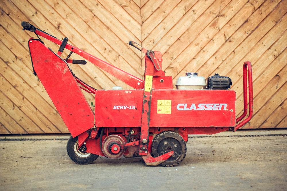 Rasenschäler - Die Handhabung des Gerätes ist denkbar einfach. Er wird ähnlich einem Rasenmäher gehandhabt. Setzen Sie das Gerät an der Grasnarbe an und fahren Sie los. Nach ein paar Metern haben Sie den Bogen raus und nach kurzer Zeit den alten Rasen abgeschält.