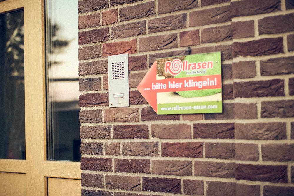 BeekmannshofFamilie Scheidt - Beekmannstr. 5145149 EssenTel.:0201/710854Fax:0201/8715271E-Mail: info@rollrasen-essen.comÖffnungszeitenMontag - Freitag 08.00 - 13.00 UhrSamstags 08.00 - 10.00 UhrDas Büro ist nicht ständig besetzt.Bitte kontaktieren Sie uns wenn Sie einen Besuch planen.Terminwünsche außerhalb der Öffnungszeiten können Sie gerne telefonisch mit uns absprechen.Haftungshinweis:Trotz sorgfältiger inhaltlicher Kontrolle übernehmen wir keine Haftung für die Inhalte externer Links.Für den Inhalt der verlinkten Seiten sind ausschließlich deren Betreiber verantwortlich.Die Seiten wurden mit größtmöglicher Sorgfalt zusammengestellt. Eine Garantie für Fehlerfreiheit der enthaltenen Informationen kann jedoch nicht übernommen werden. Jegliche Haftung für Schäden, die direkt oder indirekt aus der Benutzung dieser Webseiten entstehen wird ausgeschlossen.