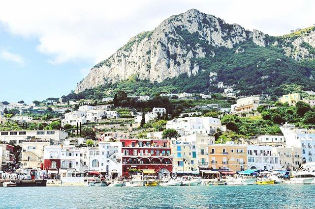 Things you don't want looming over you: student debt and aunts asking about your career. Things you do want looming over you: Monte Solaro in Capri and an upcoming nacho eating contest.🇮🇹(📷@katelyn.gardner)