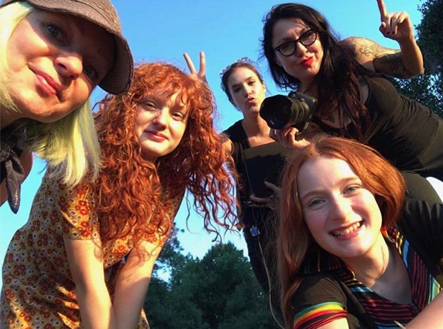 🦋 BEHIND THE SCENES 📸 @yvette.velasquez Digital Tex @gretchen H/M @nicolascissors #girls #behindthescene #tween #tweengirls #makingofamagazine #redheads #sisters