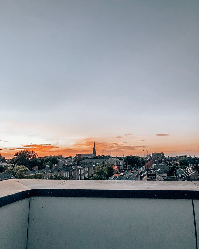 Our favorite part of our apartment in north Dublin is undoubtedly the rooftop terrace! It's the perfect place to meet up with friends to share some beers and stories from the work day #scdublin18 #nothingcanstopus #wereallthewayup #sagecorps2018 #broadstone • 📸: @tatumpughtg