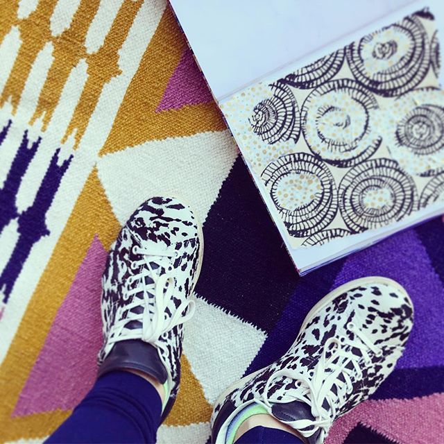 MY RUG ARRIVED!!!!! And it feels like an extension of my aesthetic already!  We are in love, thank you @aelfie_ you make fantastic textiles!!! Happy Friday peeps! 😍😍😍 💜💜💛💛🧡🖤🖤💛💜💜 . . . #treatyourself #aelfierugs #mystudio #workinggirl #patternoftheday #patternordie #upcycledcowshoes #journals #playingqueen