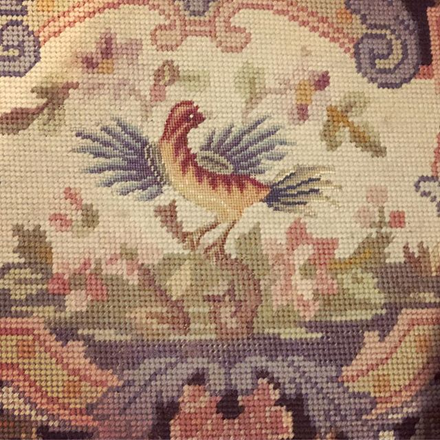 Birds and needlepoint are two direct ways to my heart. This needlepoint bird on a perfect little foot stool is the stuff dreams are made of 🦢 💫  #happyTuesday #putabirdonit #nowtofindamatchinglampshade #newyearoldantiques