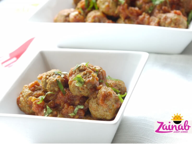 Baby led weaning curry recipe. Kofta (meatball) curry recipe, family meal, lamb kofta, chicken kofta, beef kofta. Baby led weaning idea. From Easy Indian Supermeals cookbook.