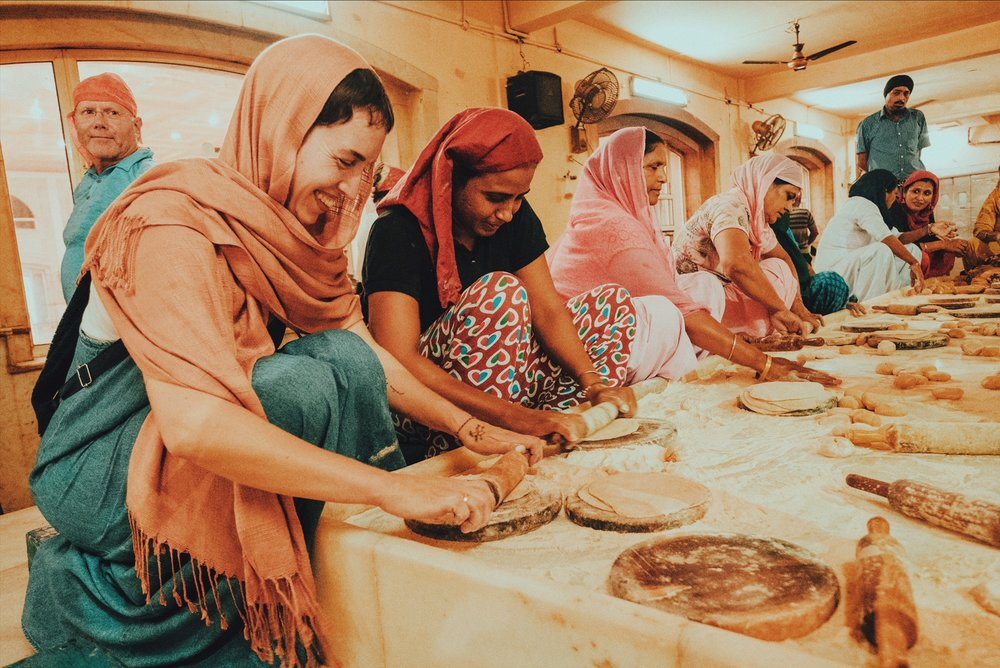 Learning how to roll chapathis while joining the other volunteers in Gurudwara Bangla Sahib, Delhi