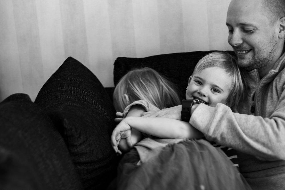 FAMILJ - Familjen är grunden, det som håller oss samman. Det kan vara kaos & stök men också massor av mys och vardagsmagi. Alla familjer är olika och jag vill fånga det som gör just er familj speciell!Jag erbjuder paketpriser för familjefotograferingar från 850 kr.
