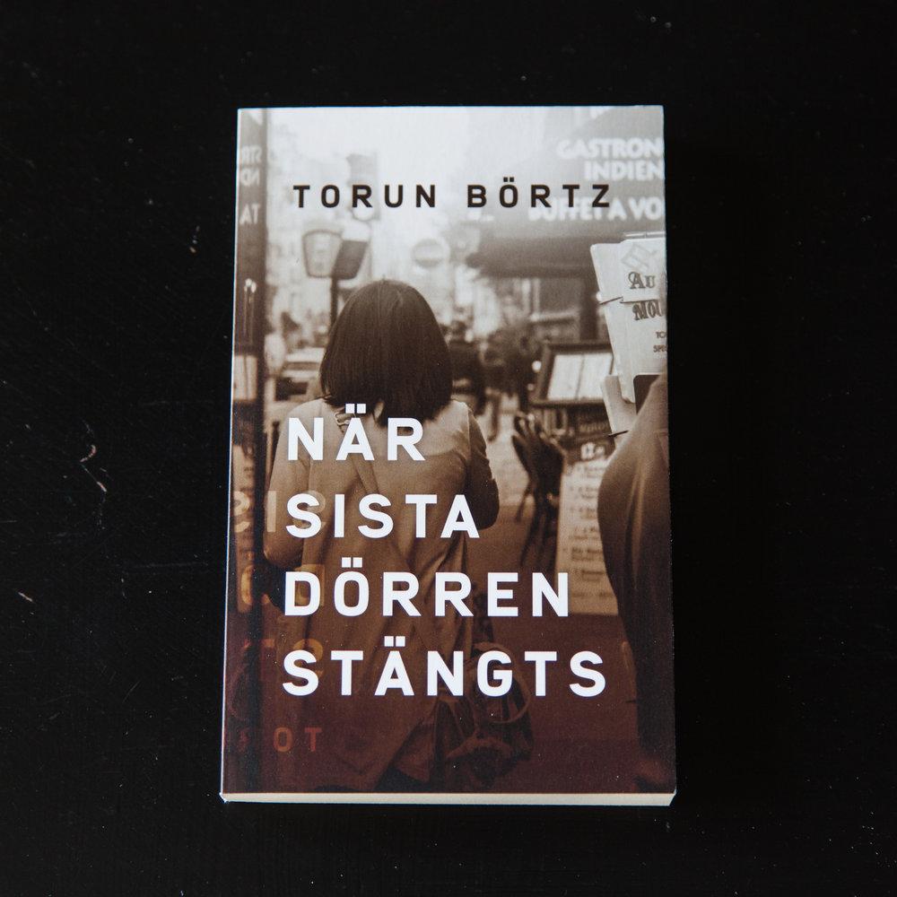 När sista dörren stängts är en mörk roman om ett Paris där utanförskap och utsatthet råder. Boken är skriven av författaren Torun Börtz.