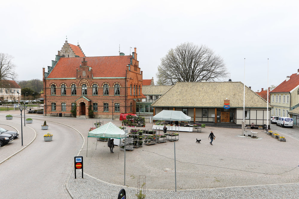12 bilder tagna under 12 månader från samma plats vid Stortorget i Simrishamn, vid lunchtid, en vardag mitt i veckan.(Okt 2016-sept 2017.)