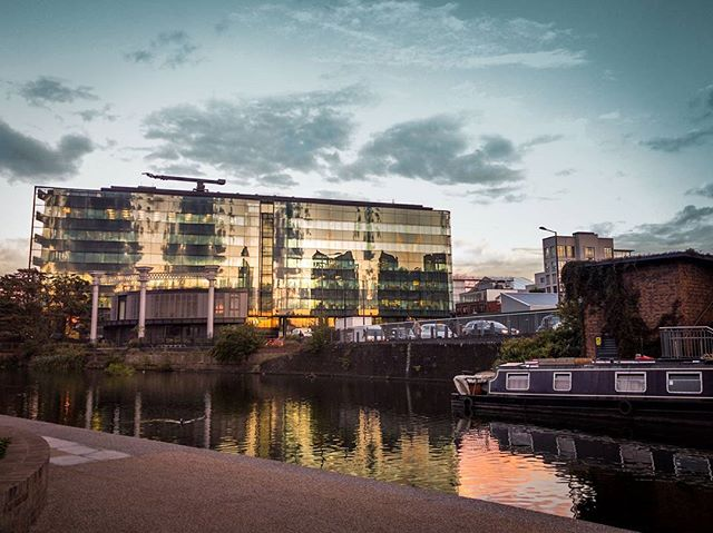 A picture I took in London, next to a beautiful canal in a peaceful place. We got some rain but shortly after the clouds started to fade away and the sunset reflecting in the glass building was really nice. #goldenhour #london #reflection #clouds #urban #travel #urbanaisle #travelandlife #wonderful_places #thelighterman #granary #urbanandstreet