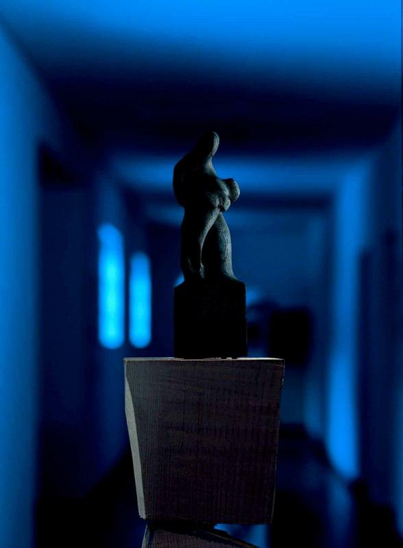 Within Darkness 闇を抱える人  Bronze  ブロンズ  Photo by Mitsumasa Fujitsuka 撮影/藤塚光政