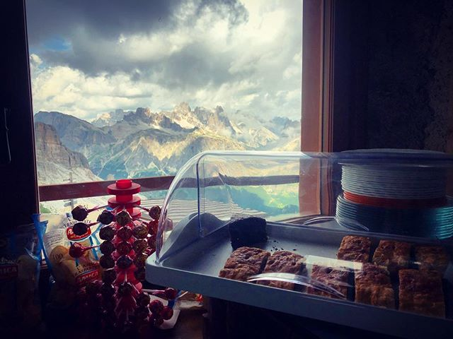 We know a nice spot for a scenic strudel. Join us for a run there! #scenicstrudel #runcation #trailrunningvacations #rifugiolife #runcationtravel #wetravelto #lagazuoi5torri