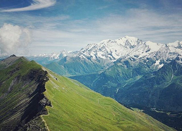 The Alps does ridge running right. This run's featured on a Runcation with some quality high altitude summer training. ⛰⛰ Can you guess the trail? #runcation #runcationtravel #running #trailrunning #runningretreats #chamonix #trainingcamp #traincation #alps