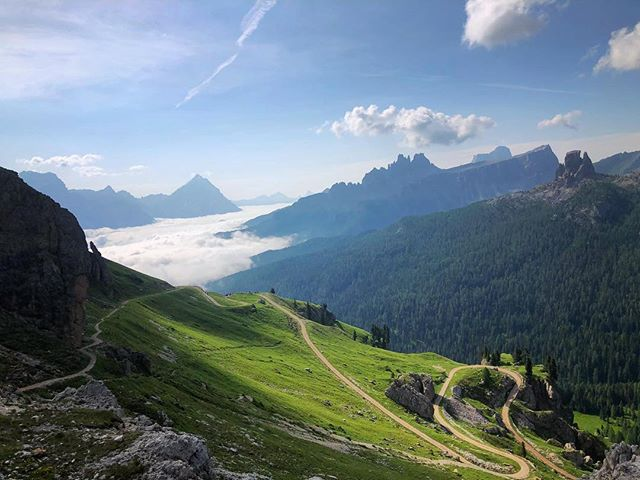Raise your hand if you would like to descend this gorgeous fire road next summer! We've only got a few spots left for our Dolomites Runcation. Link to book on the website 🙋♀️ 🇮🇹🙋♂️ #runcation #runcationtravel #dolomiti #cortinadolomiti #runningvacation #runningretreat #runningadventure #adventuretravel