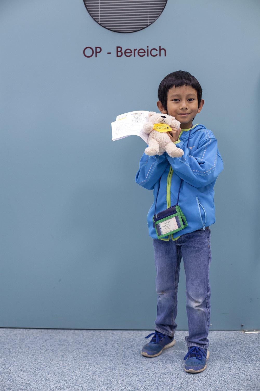 Azzam, 7 Jahre - Azzams Teddy heißt Teddy und hatte früh am Morgen furchtbare Halsschmerzen.Wahrscheinlich hat er sich bei einem seiner nächtlichen Waldspaziergänge verkühlt. Nun hat er ein Halstuch und hofft auf leckere Honigbonbons als Medikation.