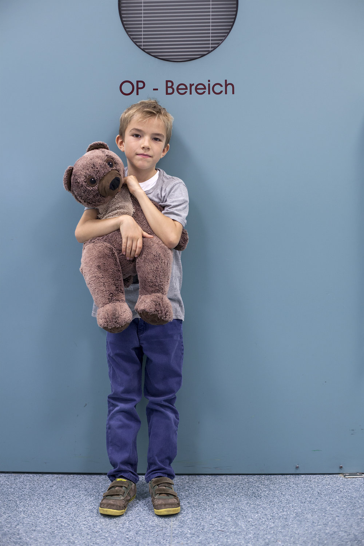 Karl, 7 Jahre - Auch Berni ist leidenschaftlicher Fußballer. In einer hart umkämpften Partie wurde er fies gegrätscht und hat sich den rechten Fuß gebrochen.