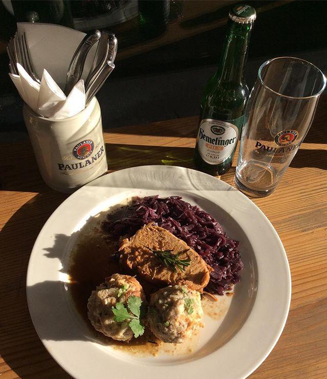 Profitez d'un peu de soleil🌞 avec notre plat du jour aujourd'hui:  Rôtis de porc, sauce à la bière avec ses Semmelknödel (la boulette à base de pain) et son choix rouge🍻🍻#platdujour #paris #bonappétit #gutenappetit #sunshine #happyday