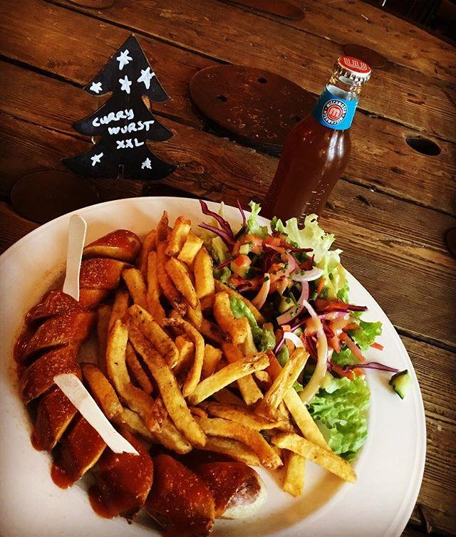 #kiezkanal #saucisses #currywurst #delicious #platdujour #formulemidi  Venez déguster notre fameuse Currywurst. Ce fois-ci, taille XXL, double plaisir!!! Demandez la formule plat du jour et régalez -vous!