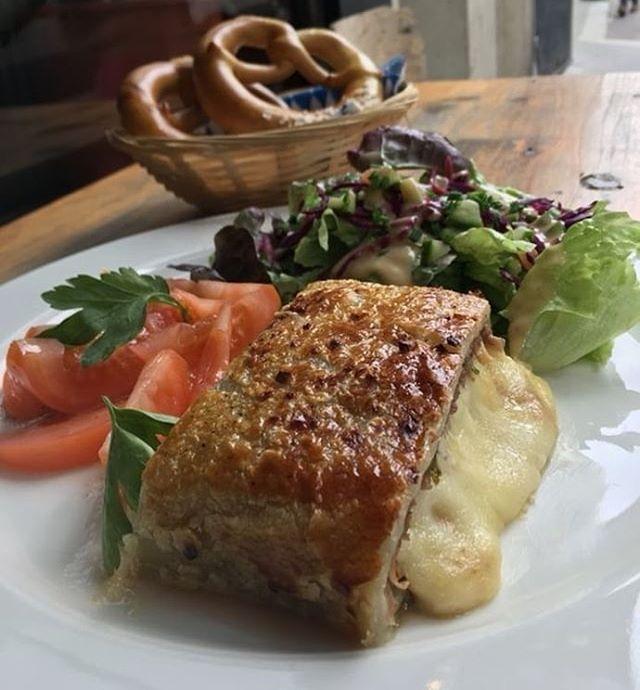 Notre plat du jour aujourd'hui: Tourte de viande haché à la mozzarella avec sa salade verte🍲🍻 #parisfood #platdujour #paris #happy #bonappetit #gutenappetit