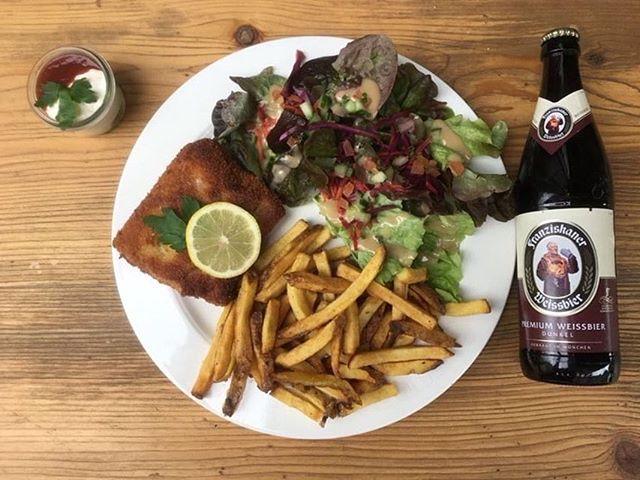 Oh la la notre plat du jour regarde super bien aujourd'hui👩🏼🍳. Cordon bleu avec des frites et une salade verte! Tous fait à la maison Et n'oublie pas la bière du moment qu'est ce das Franziskaner Weissbier Dunkel🍺. #platdujour #happyday #paris #parisfood #platdekiez #cordonbleu