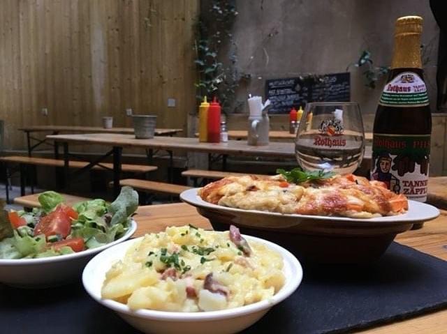 Aujourd'hui notre plat du jour est un mélange des pays. Le ravioli traditionnel allemand dans un gratin français. En plus une salade de pommes de terre et une salade verte. Parfait dans notre jardin avec une bière rafraîchissante🍻🌞 #platdukiez #parisfood #platdujour #bonappetit #maultaschen #gutenappetit