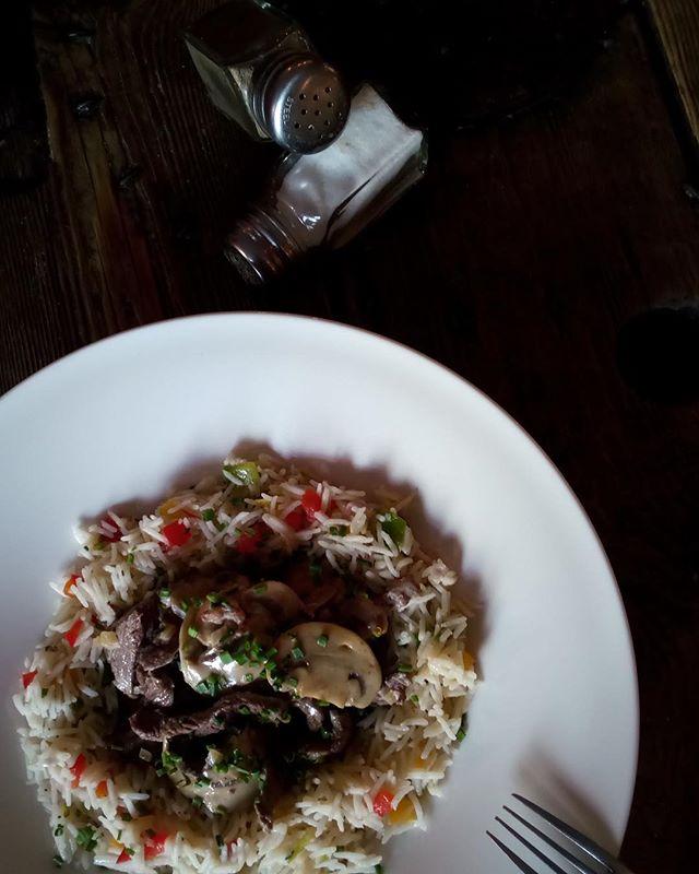 #mahlzeit🍴 boeuf stroganoff accompagné du riz blanc et champignons de Paris. Guten appétit !