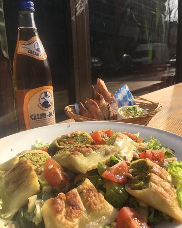 Notre plat du jour aujourd'hui notre ravioli avec sa salade verte et sa vinaigrette au miel et du pain🥗🕺🏼 #platdukiez #platdujour #bonappetit #parisfood #gutenappetit