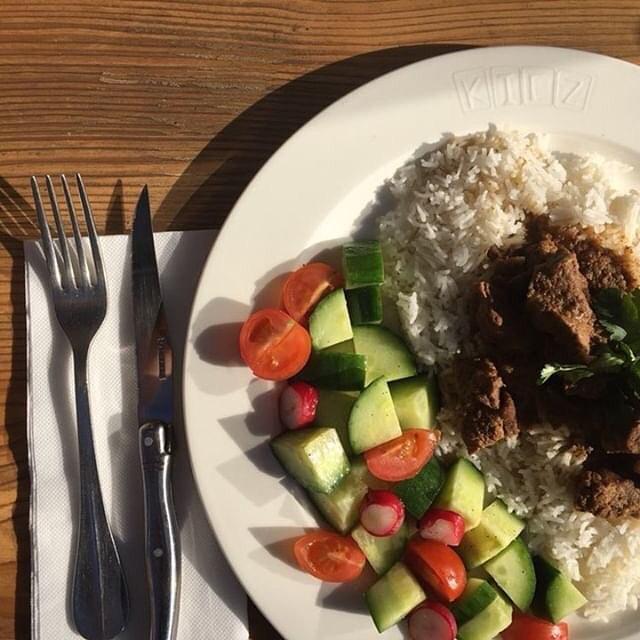 Pour un jour ensoleillé comme aujourd'hui, un plat léger et multicolore🌞. Notre plat du Kiez, bœuf beurre au curry avec le riz. Goûtez une pièce d'allemand ici au Kiez🥨🍻 #platdujour #parisfood #bonappetit #gutenappetit #platdukiez #happyday