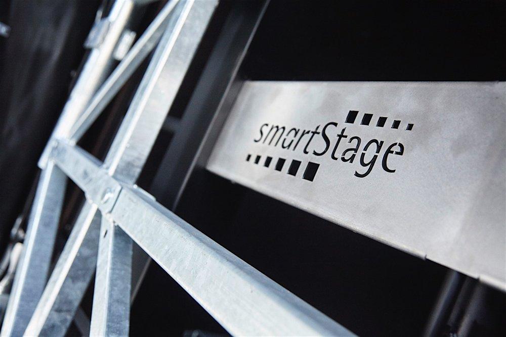 Dafür stehen wir gerade. - Unsere Bühnen genießen mehr als die übliche Gewährleistungsfrist: jede einzelne Bühne fährt mit unserem Wohlwollen und Segen von Auftritt zu Auftritt. Das bedeutet für Sie, daß wir für Sie da sind, wenn Sie uns mal brauchen. Wir bleiben Ihnen und unseren Produkten ein Bühnenleben lang treu .