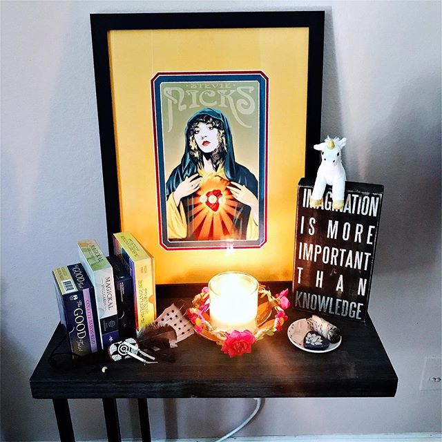 My Queen alter. #queensayswhat #rocklegend #stevienicks #losangeles #inspiration #fireheart #happyheart #makeyourownmagic #timetocreate 💛🤘🦋