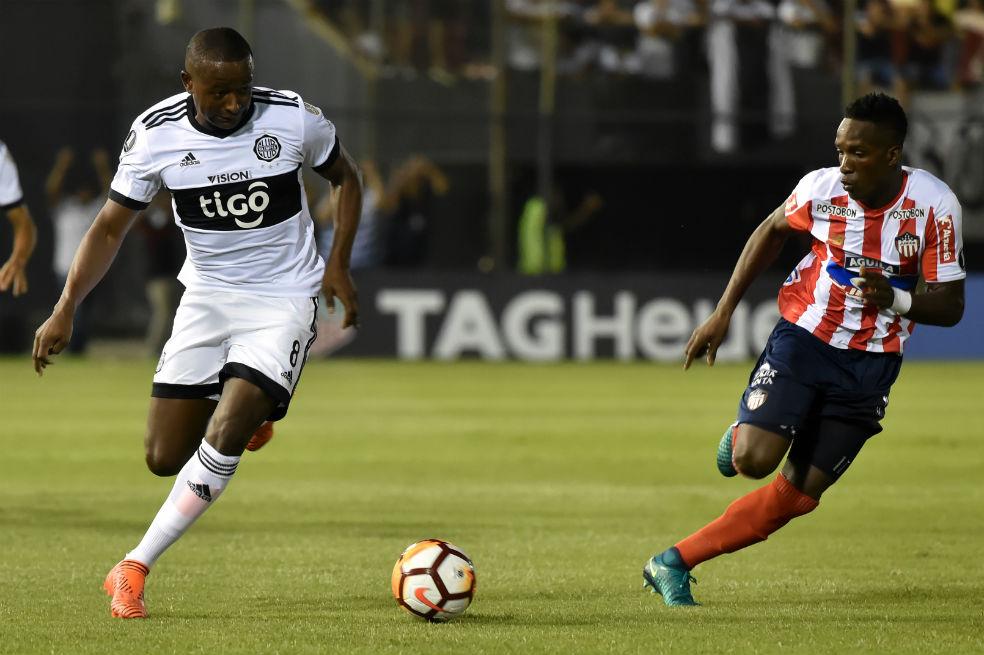 Mauricio Cuero bailó a la defensa del Júnior.AFP