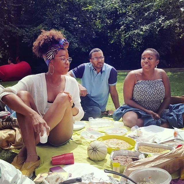 Du soleil, de la nourriture, un livre et des échanges comment dire ... un dimanche Parfait! merci @noemi_sans_e @tellement_g et