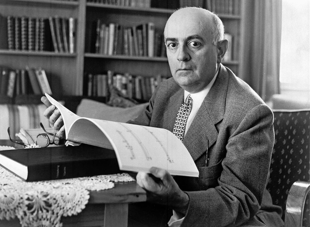 Directing the gaze inward, the voice with rhythm and melody: Adorno, photographed in 1960. (Photo: Ullstein)