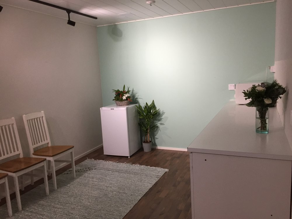 Kuva isosta terapiahuoneesta, huoneessa myös hoitopöytä.