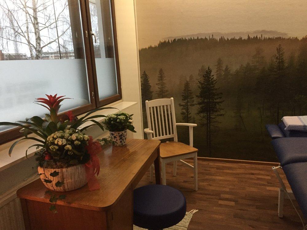 Kuva pienestä terapiahuoneesta.