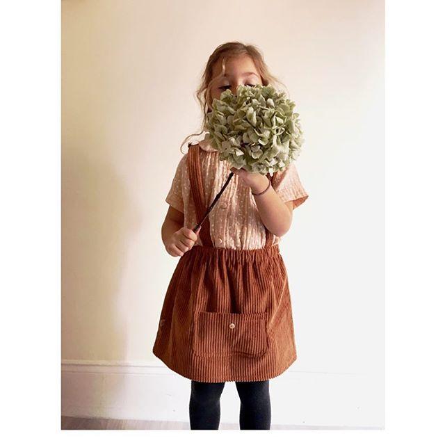 🍂 La jupe à bretelles noisette est elle pour petites filles sages ou pas? 🍂 Le velours à grosses côtes vous plait car je n'ai déjà plus certaines tailles 💛🙊!! Si vous ne trouvez pas votre taille  envoyez moi  un MP, il me reste un peu de tissus, car le réassort entier dans chaque taille ne sera pas possible 🙈 . . . . #maisonsalopette#fabricationfrancaise#pourenfantssagesoupas#homemade#salopette#jupe#velours#velvet#winter#modeenfant#mode#fashion#kidzfashion#kidsfashion#kidslookbook#lookbook#marquefrancaise#frenchbrand#enfant#vetementenfant#dungarees#dress#dungareesaddict#paris