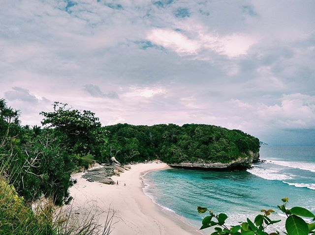 What better way to pair land and sea? One of our favourite routes takes guests by private yacht from Komodo National Park to Sumba island, home to the fabulous @nihisumba and countless deserted beaches like these. • • • #indonesia #komodonationalpark #sumba #nihiwatu #nihisumba #travel #sea #landscape #island #asia #luxury #sailing #yacht #phinisi #escape #island #honeymoon #beach #ocean #adventure #wilderness #nature #landscapephotography #vacation #wanderlust #traveldeeper #explore