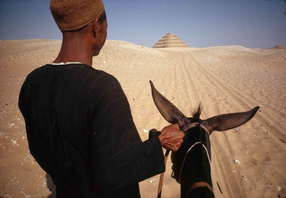 勒内•布里,《埃及开罗附近的萨卡拉,人类所知的第一个金字塔》,1962年。  © 勒内•布里/玛格南图片社. 勒内•布里基金会. 图片由爱丽舍摄影博物馆提供。