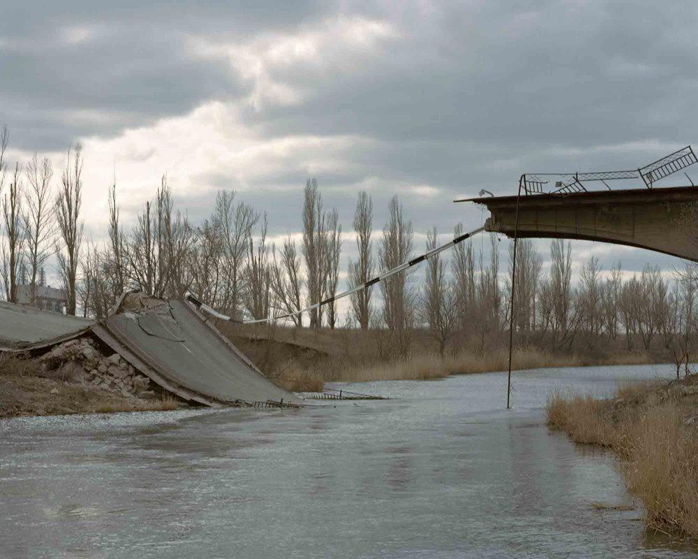 维多利亚•沃伊切霍夫斯卡,《第一前线之一的塞梅尼夫卡的一座桥》,塞梅尼夫卡ATO区(战区),乌克兰,2015年3月。图片由艺术家提供。