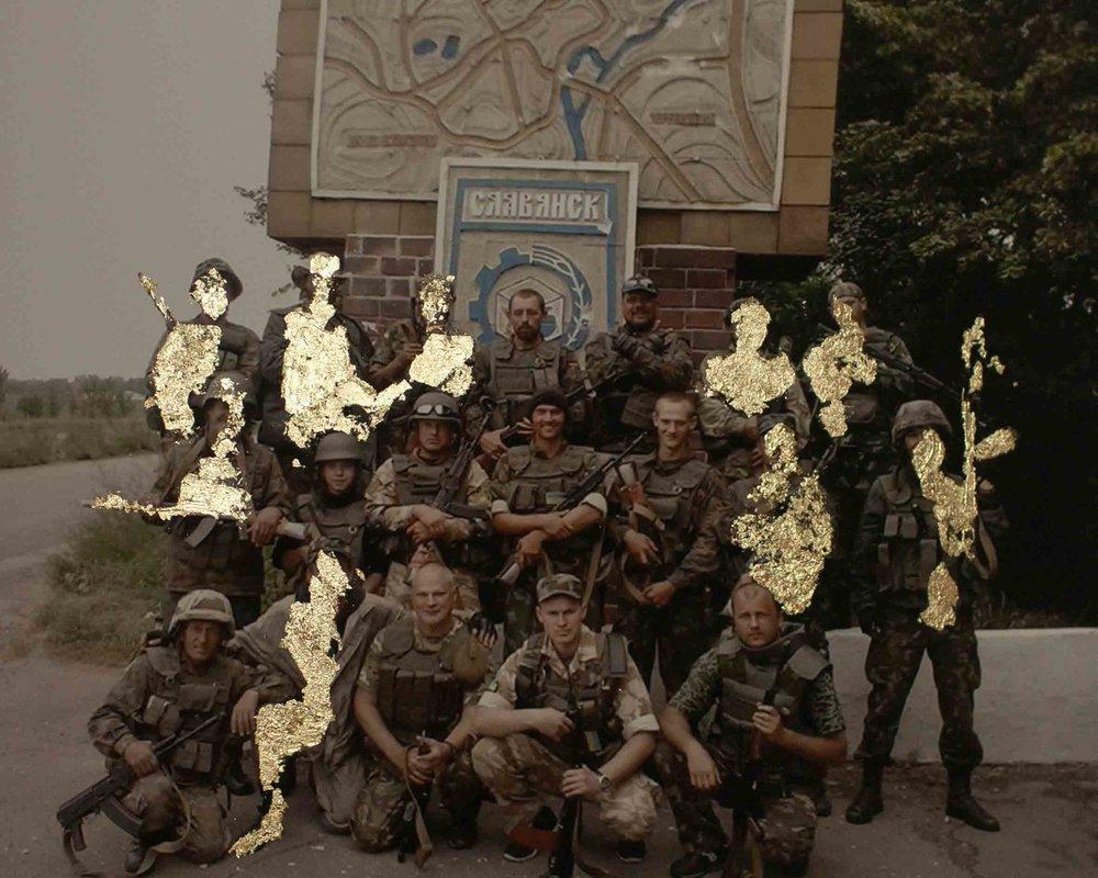 维多利亚•沃伊切霍夫斯卡,《九人死亡,八人受伤的小分队》,来自《金色的拼贴-火花》系列,一位士兵手机里照片的拼贴,2015-2016。图片由艺术家提供。