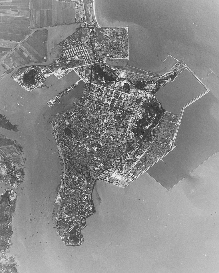 《澳门》,台湾空军飞行员王太佑1962年3月26日拍摄,来自《俯瞰大地——航拍看五六十年代的中国东南沿海城市》展览,徐林推荐。图片由美国国家档案馆提供。