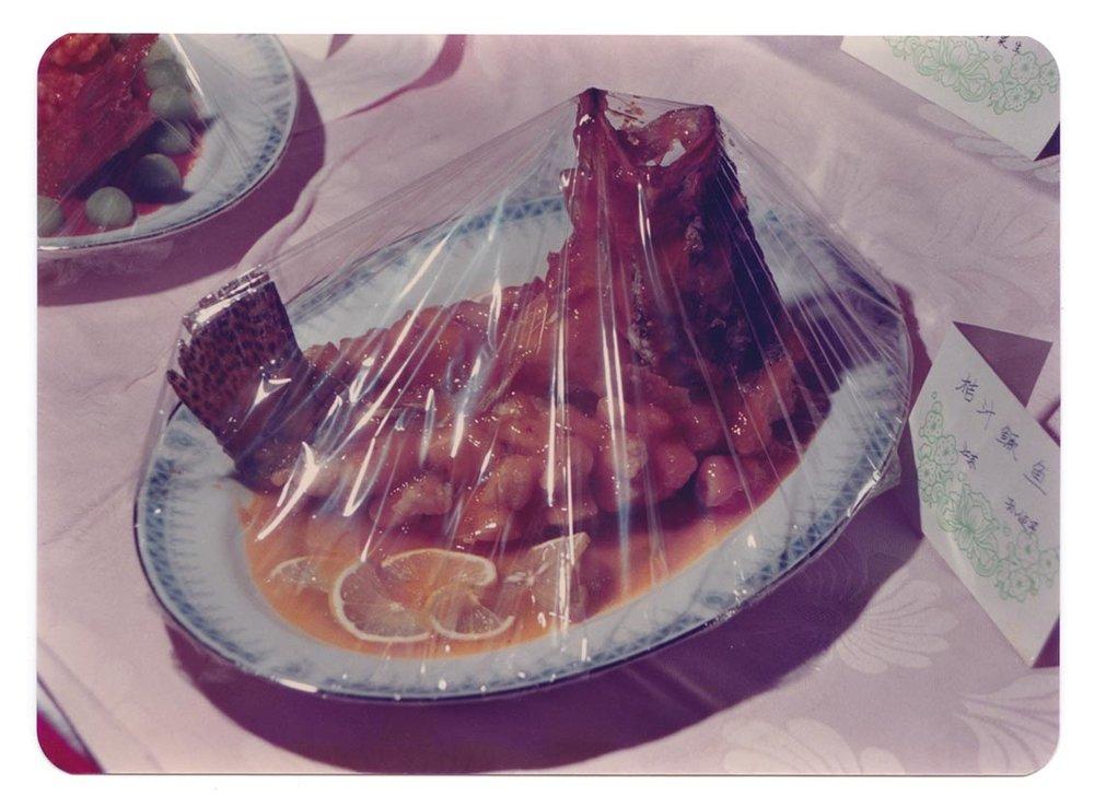 《鱼儿腾空》,彩色照片,九十年代。图片由现代冲突档案馆提供