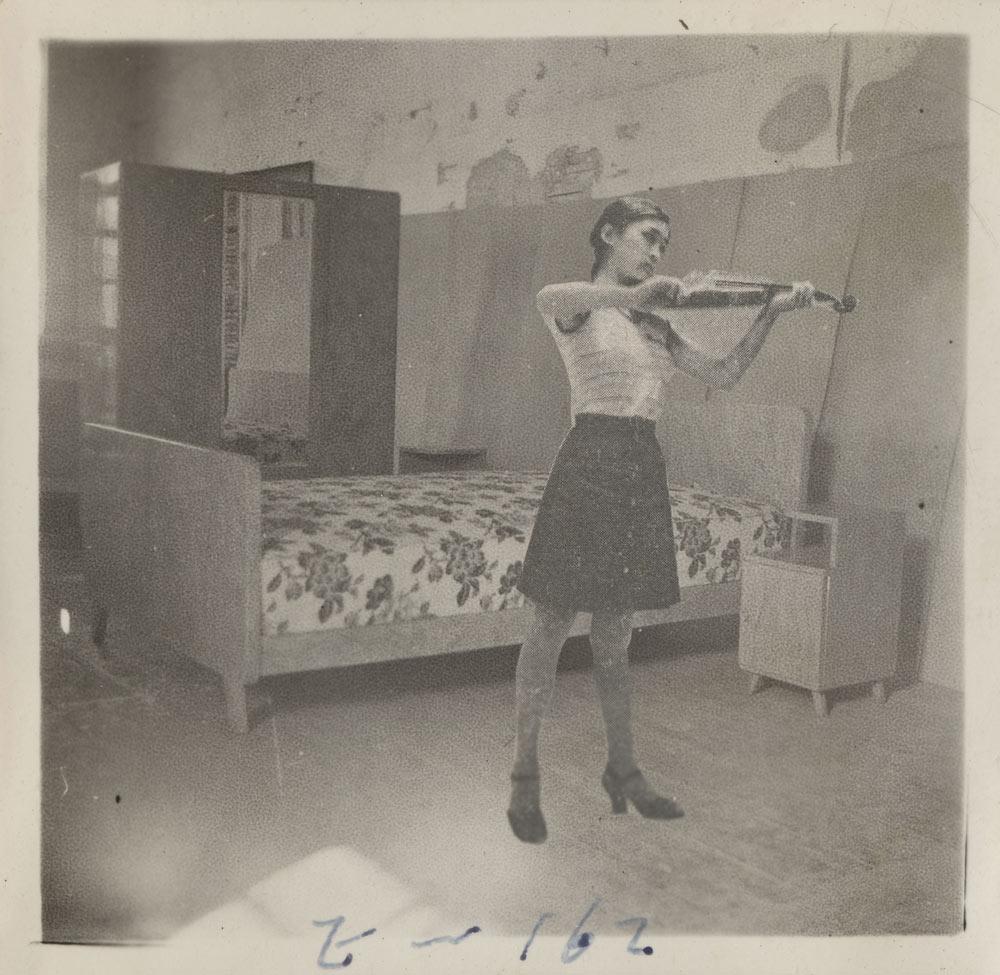 雷磊,《家具产品展示》,来自旧货市场。图片由艺术家提供。