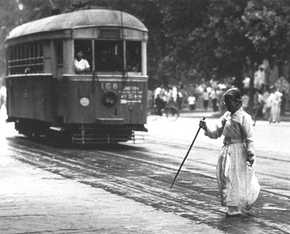 林应植,《老妇人和电车(釜山)》,1946年。图片由首尔摄影博物馆提供。