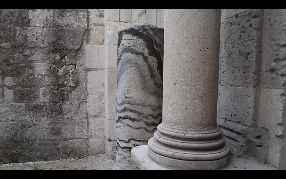 陈旻,《从古罗马陵园的一段残柱到万达、电玩和厦门被遮挡的骑楼》影像截图,2018年。图片由艺术家提供