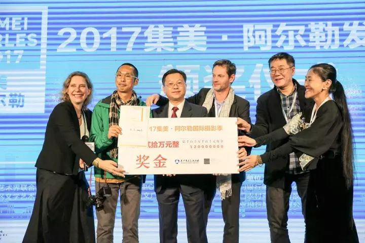 Jimei x Arles Discovery Award 2017 ceremony. From left: Bérénice Angremy (festival director and jury member), Feng Li (w  inner of Discovery Award 2017), Lai Zhaohui (director of public relations of Jimei District's CPC), jury members Sam Stourdzé,   Wang Huangsheng (former director of CAFA Art Museum) and inri